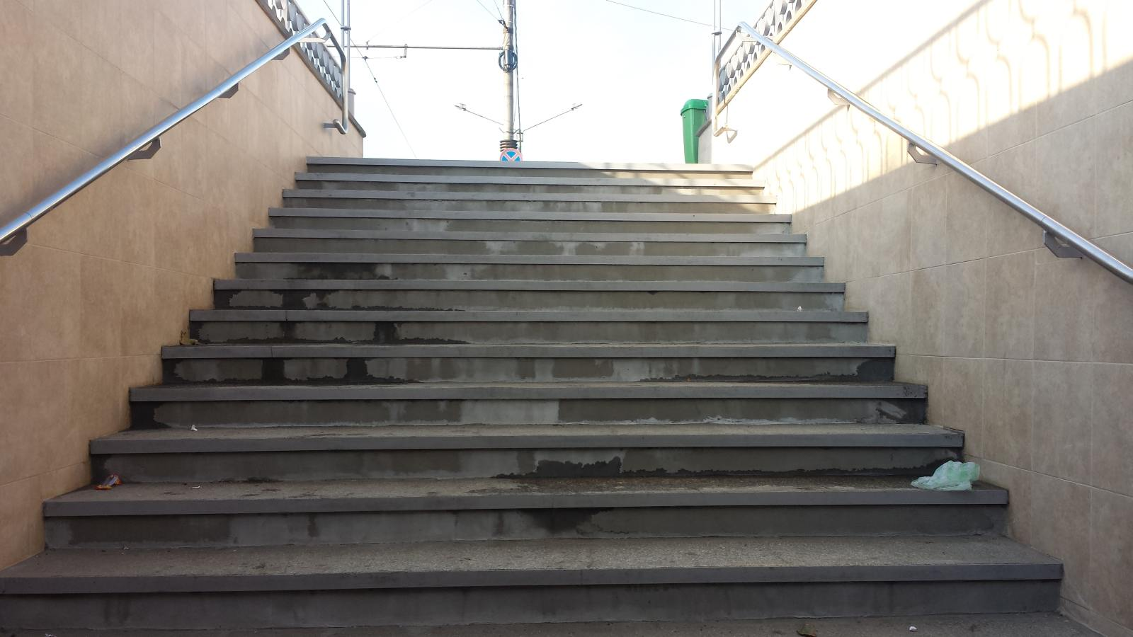 """Noul"" pasaj pietonal de la Gara #Cluj a ajuns groapă de gunoi"